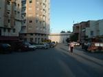 Près de l'immeuble (Mahfoud)