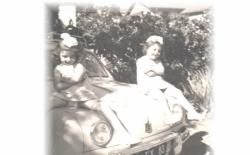 Lyvia et Sylvie assises sur la Dauphine de Papa
