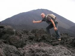 Ascenso del volcan Pacaya en Guatemala.