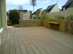 Terrasse bois avec petit banc