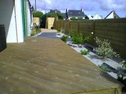 Terrasse et cheminement en bois et palis d'ardoise, palissade bois et végétaux paillés avec du sable des koalins