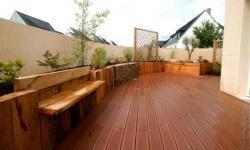 Terrasse bois bordée de retenues de terre végétalisées