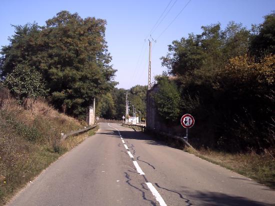 A la sortie d'Auneau, un pont-rail