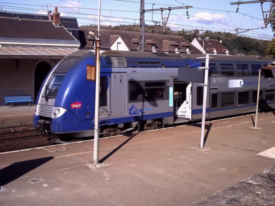 Train à l'arrêt en gare d'Epernon