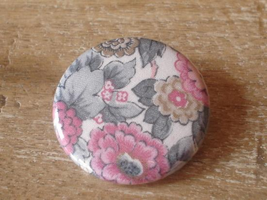 Badge 32 Elysian gris et rose