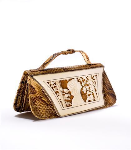 f1095563ed Mais, en période de restrictions, le cuir est rare et les couturiers se  tournent vers d'autres espèces d'animaux. S'agissant de sacs à main, ...
