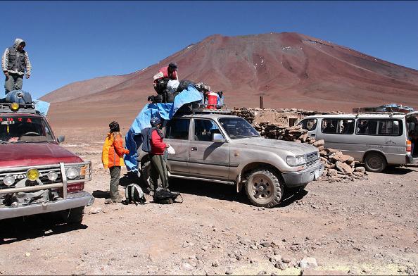 Changement de véhicules á la frontière bolivienne de Hito Cajon