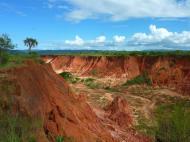 Bleu ciel, vert nature et rouge terre s'entrechoquent aux Tsingys rouges