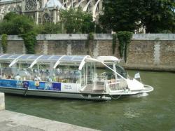 Bateau mouche sur la Seine