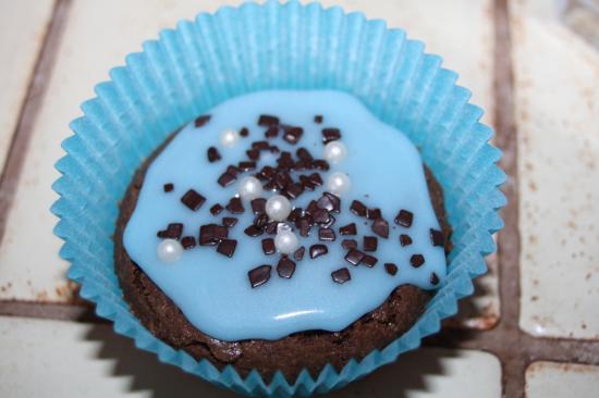 La boite à Cancans ... ( sans blabla ) - Page 5 Cupcakes-tout-choco-et-glacage-bleu-noisette-