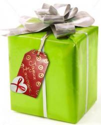 papier cadeau orné d'une étiquette tag en cuir couleur rouge