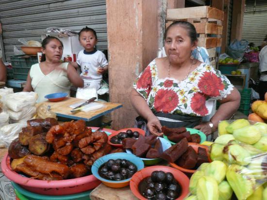 Maïs dans les sachets à gauche puis dulce de camotes (patates douces), de  yuca, de papaye, cocoyoles au sirop, mangues vertes pelées dans les sachets.