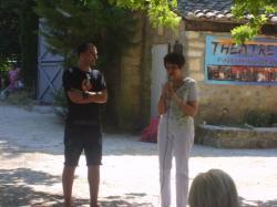 Nadine COSTA félicitant les enfants pour la pièce KIMBU