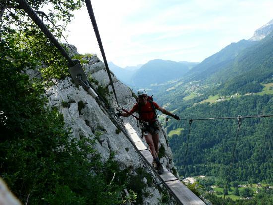 Passage de la deuxième passerelle à la roche Veyrand (chartreuse).