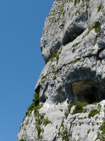 Deux ferratiste dans la via de roche Veyrand