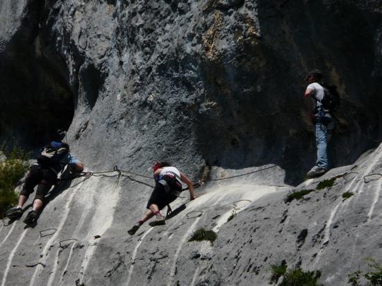 Les grottes ... ferratistes en plein effort à roche Veyrand