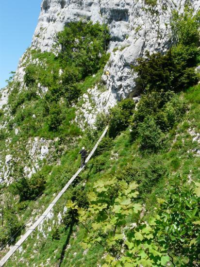 Ferratiste sur la deuxième passerelle à roche Veyrand