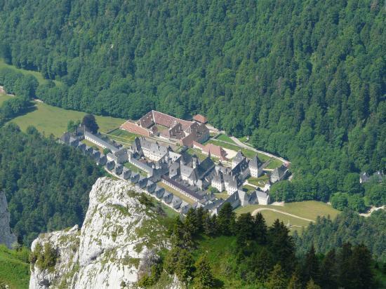 le monastère de la grande chartreuse depuis le sommet du grand Som.