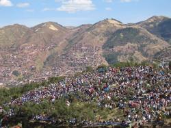 Mucha gente sobre las colinas para el evento! - Cusco