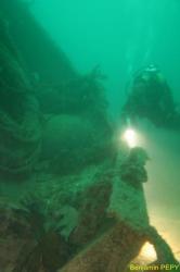 Plongeur sur la poupe de l'épave du Notre Dame